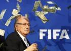 Joseph Blatter é alvo de protesto ao anunciar a data do congresso extraordinário que dá a largada à disputa para eleger seu sucessor