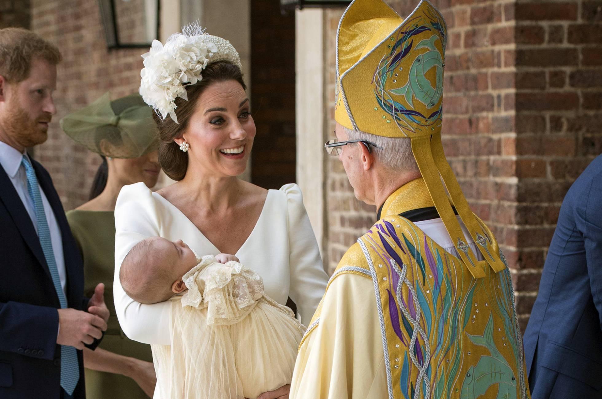 Kate, com seu filho no colo, fala com o arcebispo de Canterbury Justin Welby.