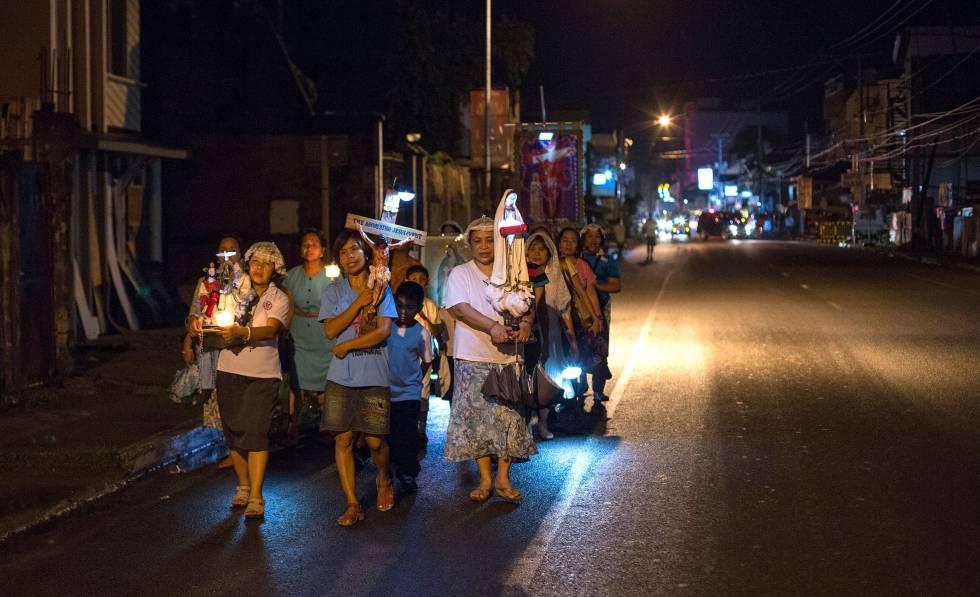 Católicos em Tacloban, nas Filipinas, em 2014.