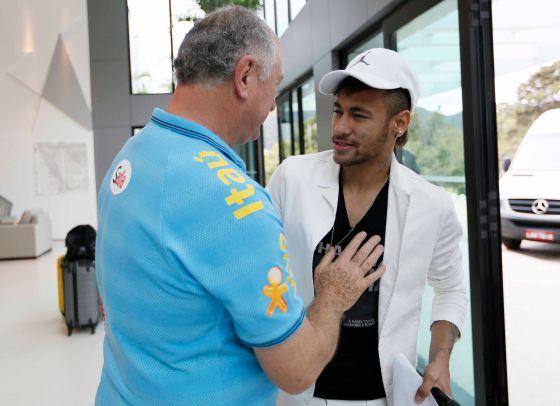 Felipão cumprimenta Neymar na chegada a Comary.