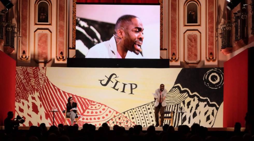 Lázaro Ramos declama na Flip, em palco na igreja.