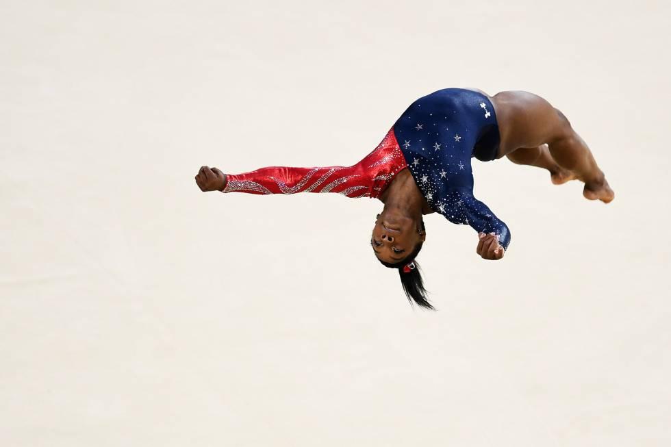 Simone Biles faz a acrobacia que leva seu nome no solo.