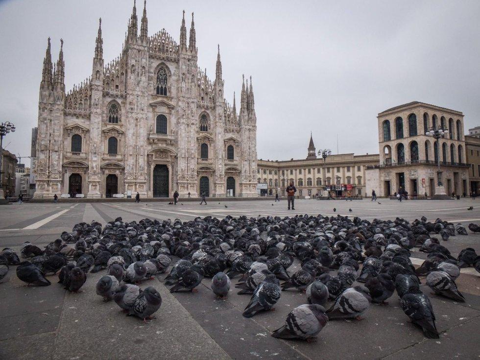 Decenas de palomas se amontonan en la desértica Plaza del Duomo, donde se encuentra la catedral de Milán (Italia), el 9 de marzo.