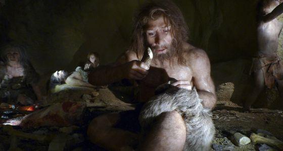 Recriação da vida de uma família neandertal no Museu do Neandertal de Krapina (Croácia).