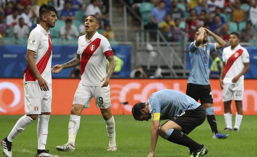 Uruguaios lamentam chance perdida no jogo contra o Peru.