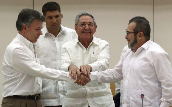 Santos e Timochenko apertam mãos diante de Raúl Castro