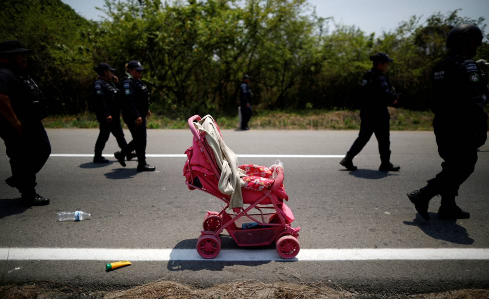 Um carrinho de bebê abandonado em Pijijiapan, no México, após autoridades mexicanas prenderem cerca de 400 migrantes que caminhavam com destino aos Estados Unidos.