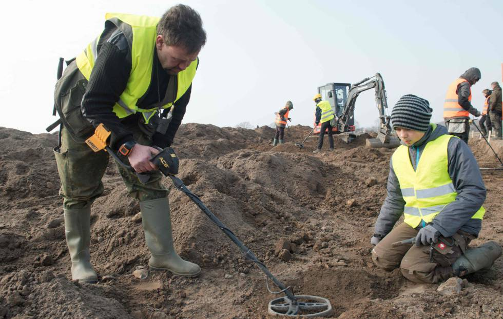 O arqueólogo amateur Rene Schoen (i) e o jovem estudante de 13 Luca Malaschnichenko com um detector de metal, em Shaprode, o 13 de abril.