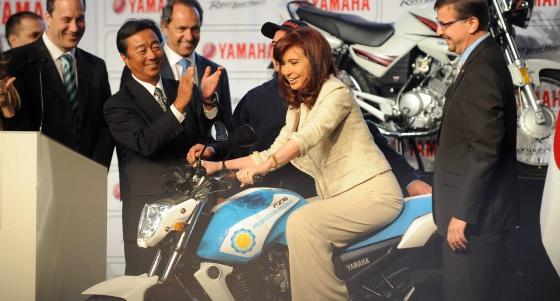 Cristina Fernández, sobre uma moto, nesta quarta-feira.