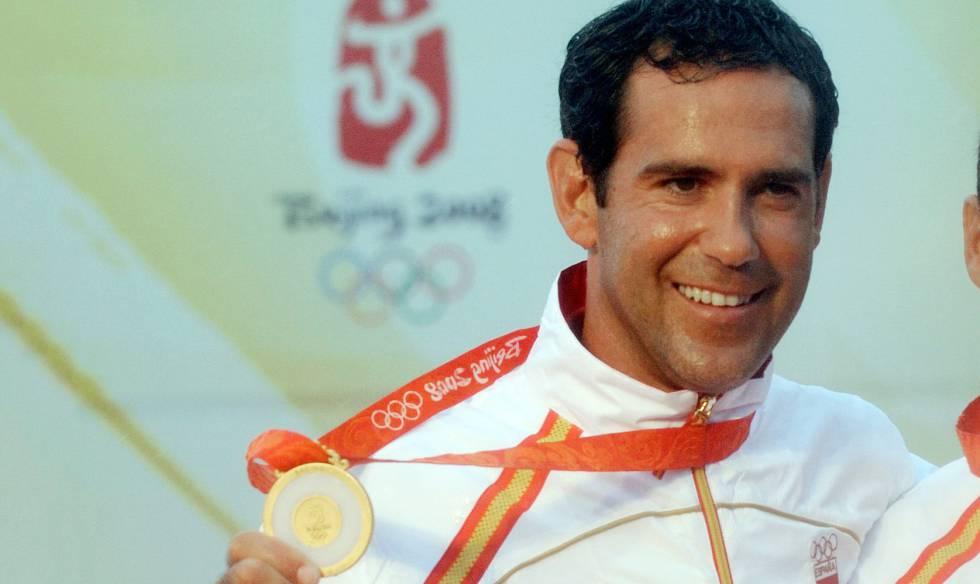 Fernando Echávarri com a medalha de ouro nos Jogos de Pequim.