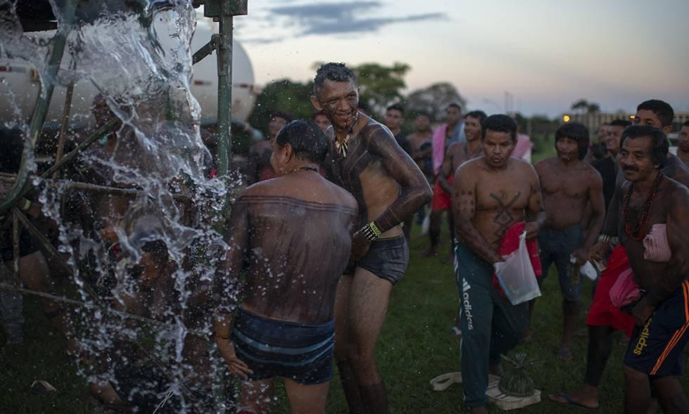 Índios tomam banho no Acampamento Terra Livre em Brasília, nesta quarta-feira.