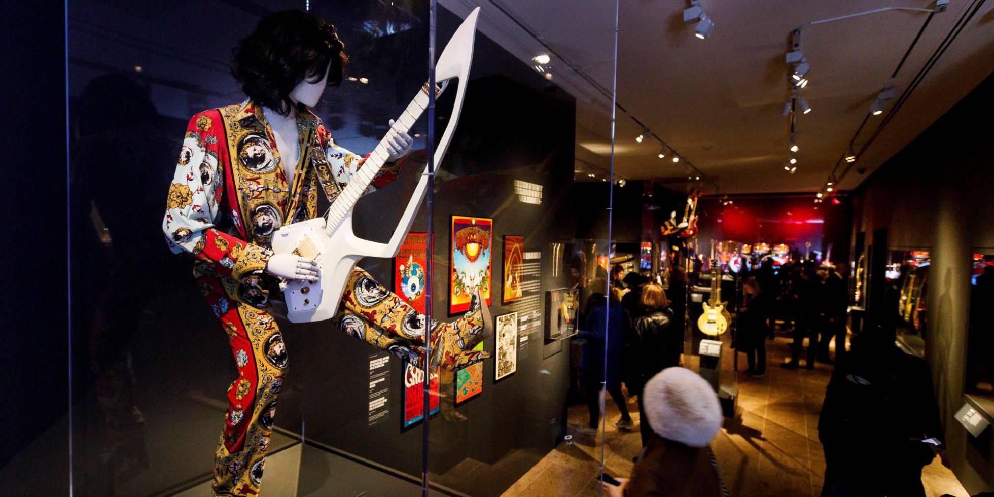 Vista de uma guitarra e um traje usado por Prince durante a vista prévia da exposição 'Play It Loud: Instruments of Rock & Roll' no Museu Metropolitano em Nova York.