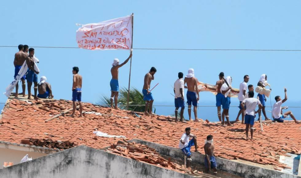Detentos em cima do telhado do presídio de Alcaçuz, durante rebelião em 2017.