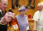 A rainha da Inglaterra chegou tarde ao Vaticano e foi embora antes do tempo após dar ao Pontífice uma garrafa whisky escocês
