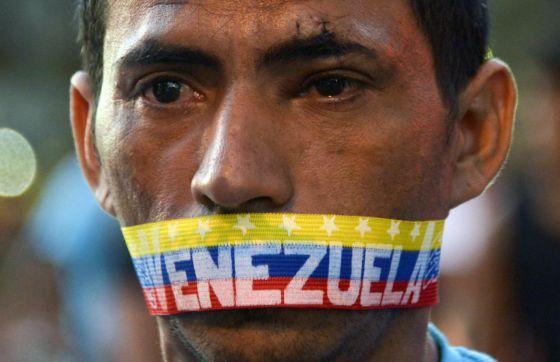 Um homem em um dos protestos de 23 de fevereiro em Caracas.