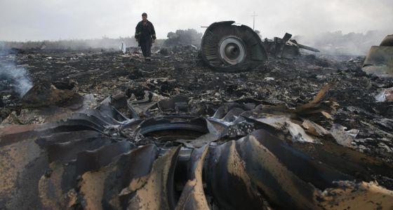 Um funcionário do Ministério de Emergências onde caiu o avião MH17.