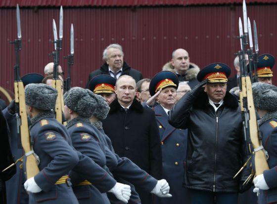 Putin preside um desfile militar no Kremlin em fevereiro.