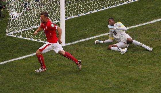 Seferovic marca o segundo gol da Suíça.