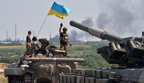 Tanques e blindados ucranianos se dirigem à região de Lugansk.