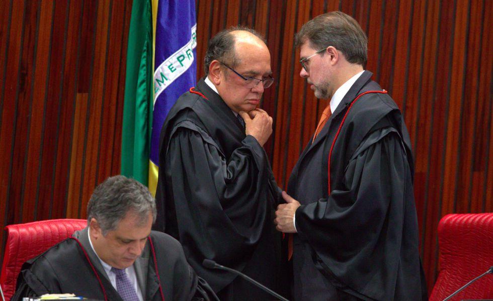 Gilmar Mendes e Dias Toffoli no plenário do TSE.