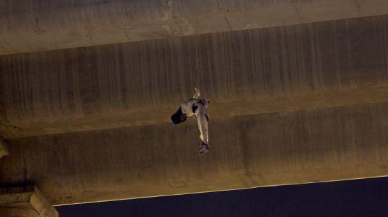 Um cadáver pendurado em uma ponte na Cidade do México.