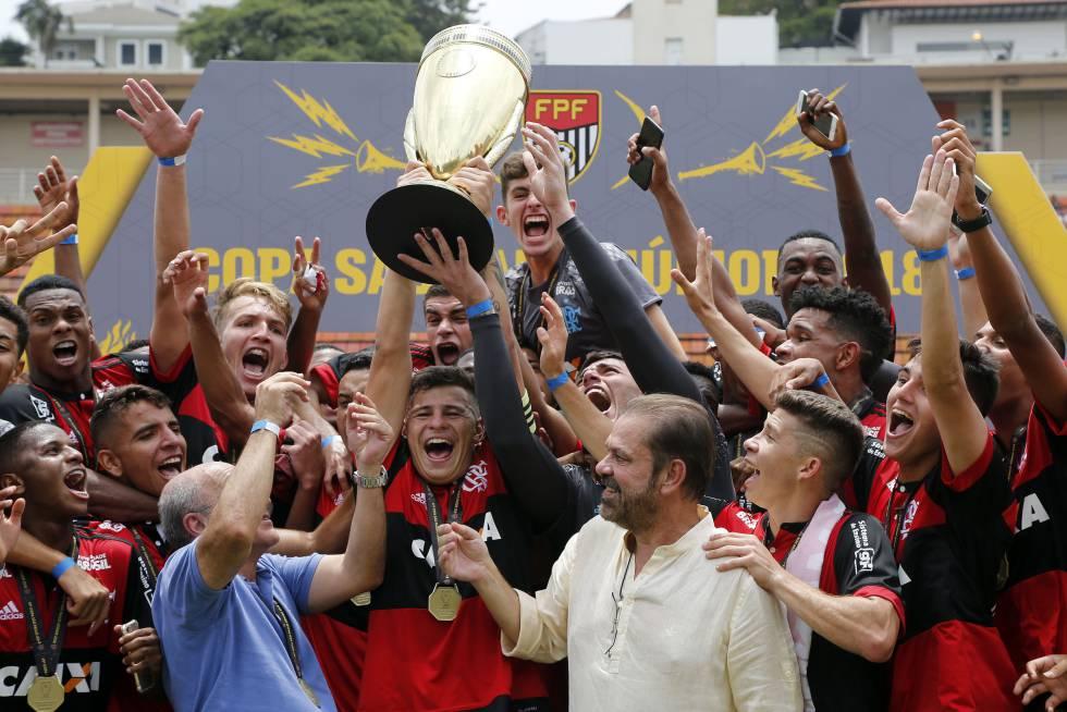 Flamengo vence São Paulo e comemora título da Copinha no Pacaembu.