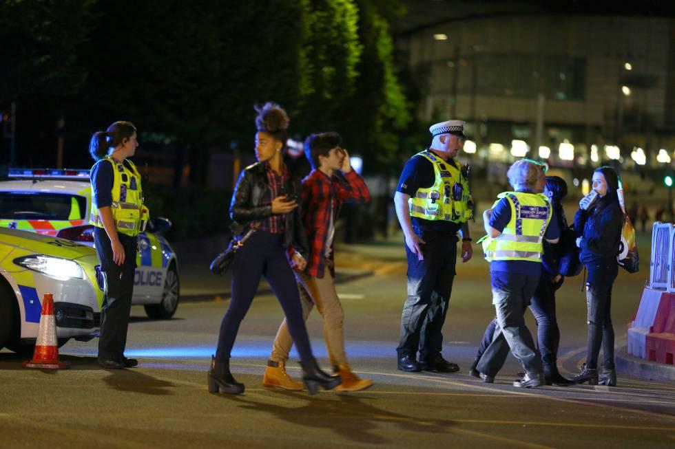 A polícia atende vários jovens no local do atentado.