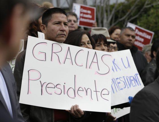 Manifestes celebram medidas anunciadas por Obama, em Sacramento.