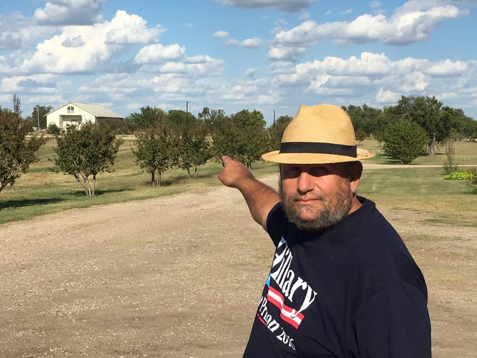 Charles Pace, o pregador que mora na fazenda dos davidianos em Waco, mostra o lugar da tragédia de 1993
