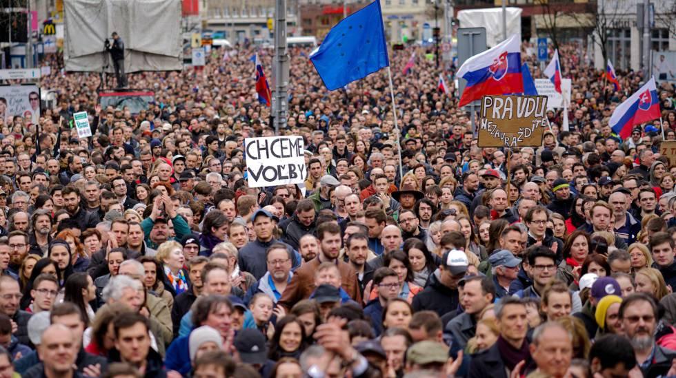 Manifestação no domingo passado em Bratislava para exigir a demissão do chefe da polícia eslovaca depois do assassinato de Jan Kuciak e da sua noiva
