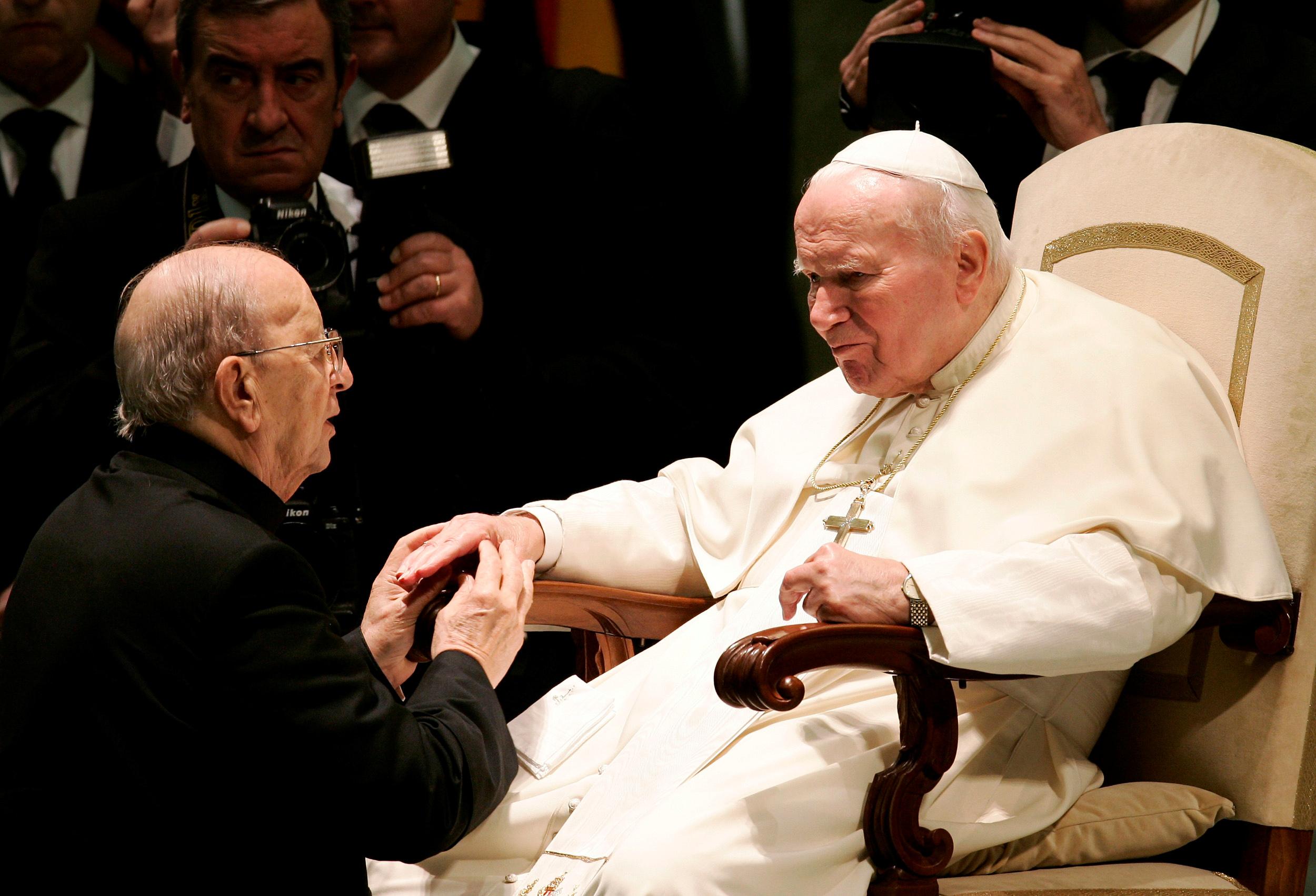 João Paulo II abençoa Marcial Maciel, fundador dos Legionários de Cristo, em 2004.
