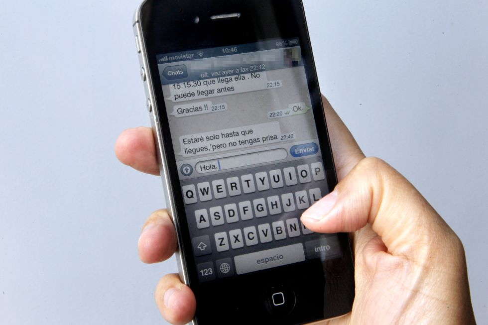 Uma usuária de Iphone envia uma mensagem por WhatsApp.
