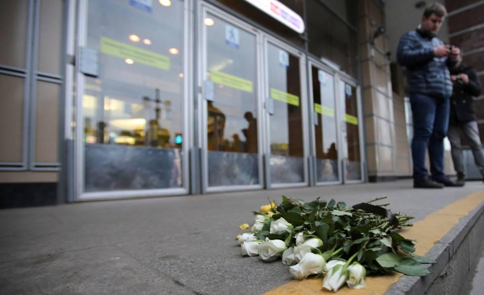 Flores depositadas na frente da estação do metrô de São Petersburgo em que ocorreu o atentado.