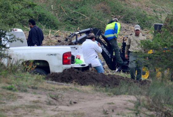 Agentes inspecionam área em que uma fossa foi encontrada no último dia 15.