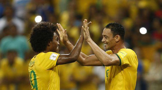Ricardo Oliveira e Willian celebram gol na vitória brasileira.