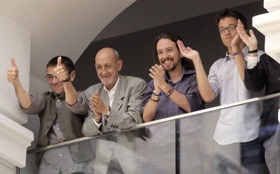 Juan Carlos Monedero, Jesús Montero, secretário do Podemos de Madri, Pablo Iglesias e Íñigo Errejón assistem à posse de Manuela Carmena.