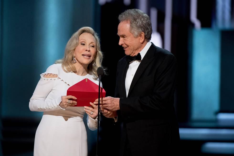 Faye Dunaway e Warren Beatty, durante a cerimônia de premiação do Oscar no Dolby Theatre, em Hollywood.