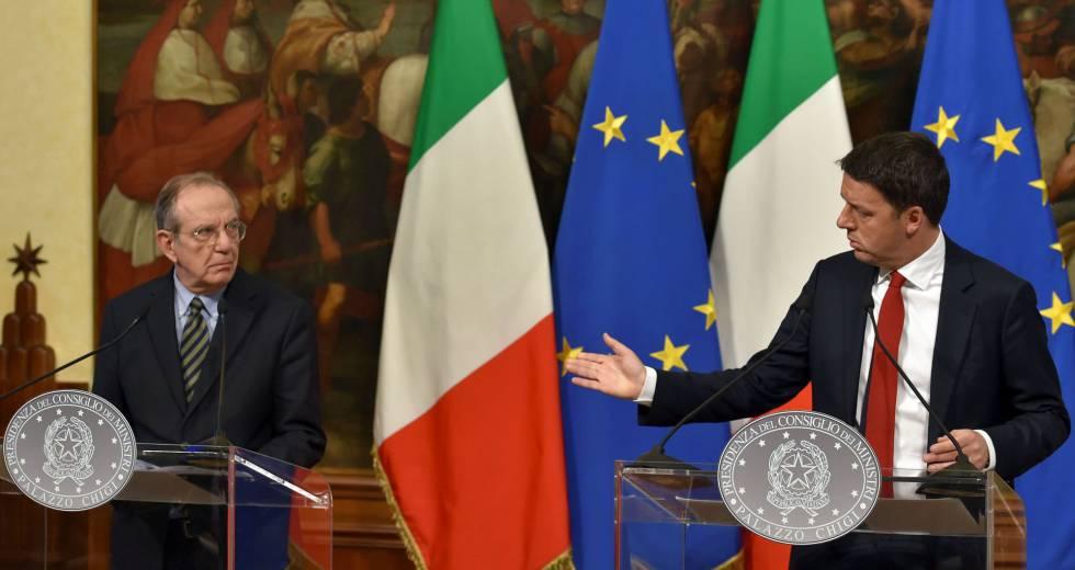 O primeiro-ministro demissionário da Itália, Matteo Renzi (à dir.), com seu ministro da Economia e possível sucessor, Pier Carlo Padoan (à esq.), em Roma, no mês passado.