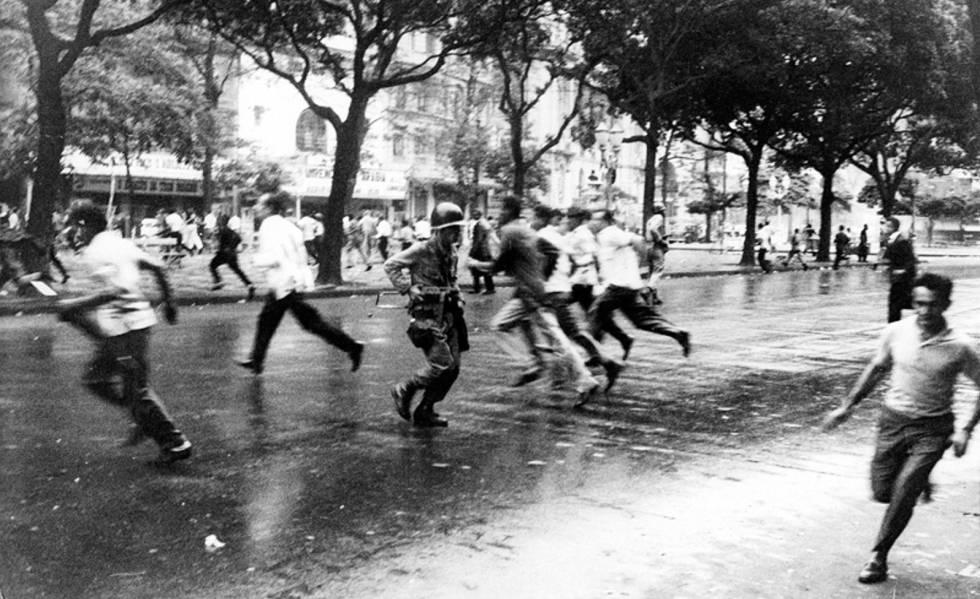 Estudantes e militares entram em confronto durante passeata na época da ditadura.