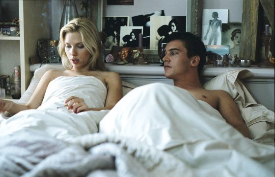 Scarlett Johansson e Jonathan Rhys Meyers em uma cena de 'Match Point'.