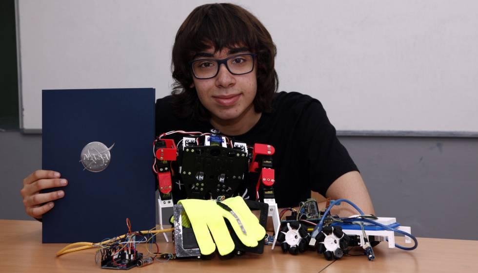 Joel Alecrim, com seu protótipo e o prêmio da Nasa.
