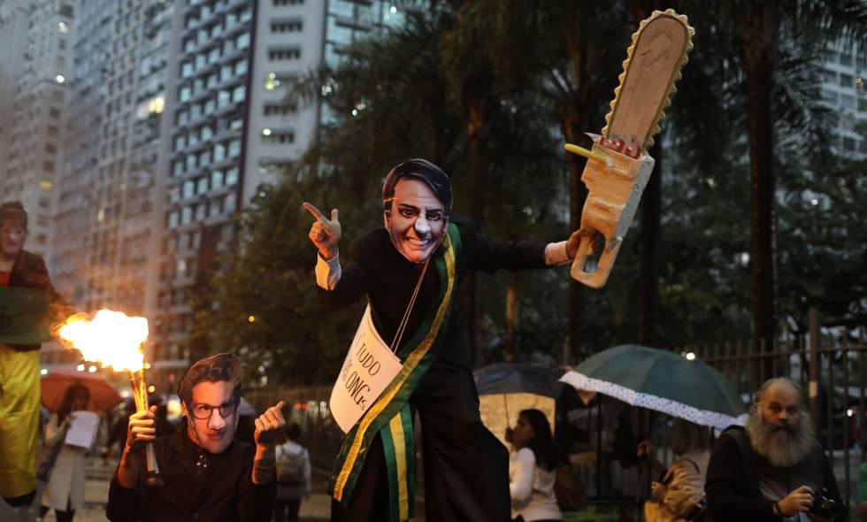Manifestantes com máscaras de Bolsonaro e Ricardo Salles no último dia 5, no Rio.