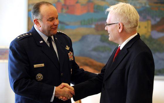 O presidente croata Ivo Josipovic (direita) recebe o general Philip Breedlove, máximo responsável militar da OTAN na Europa.