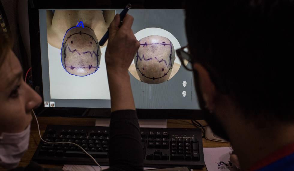 Médicos avaliam um paciente em uma clínica turca.