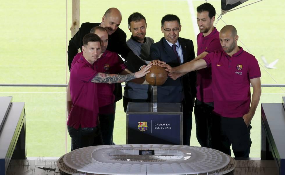 Os capitães do Barça e o presidente com a maquete do Camp Nou.