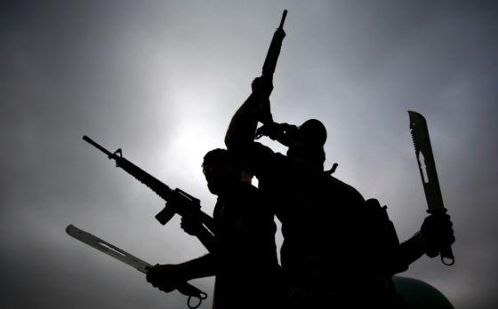 Milicianos xiitas iraquianos mostram suas armas em Tikrit, em 20 de março.
