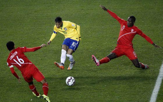 Neymar dribla peruanos.