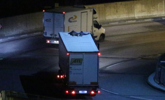 Imigrantes sobre um caminhão no Eurotúnel, na sexta-feira.