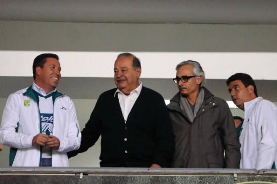 Carlos Slim, de casaco preto e camisa branca, no camarote do León.
