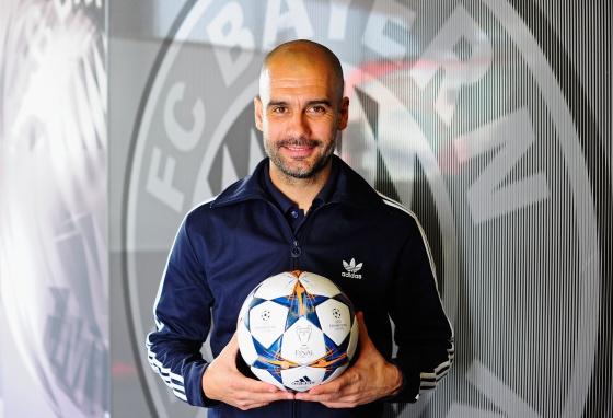 Guardiola diante de um escudo do Bayern.